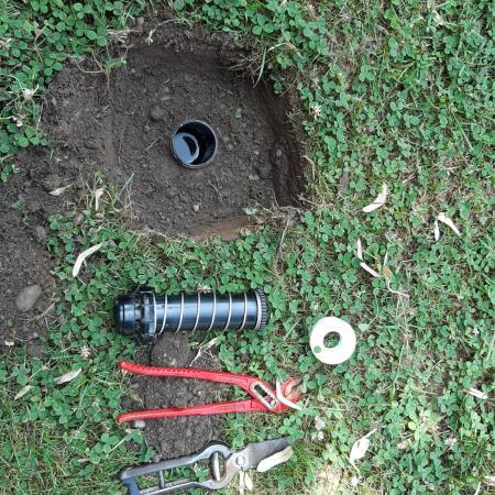 La riparazione dell'impianto di irrigazione (foto L.M. Mingozzi)
